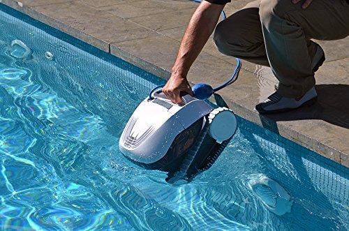 Dolphin E10 Poolroboter im Einsatz